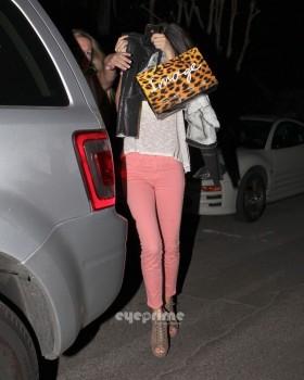 48bc0c169557264 Selena Gomez Outside a Mexican Restaurant  1/12/12