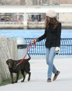 Энн Хэтэуэй, фото 5939. Anne Hathaway 'Walking her dog in Brooklyn', february 5, foto 5939