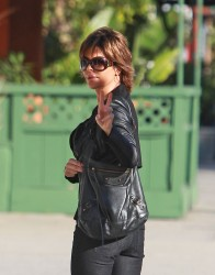 Лиза Ринна, фото 847. Lisa Rinna runs some errands (Feb 17), foto 847