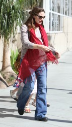 Дженнифер Гарнэр, фото 8443. Jennifer Garner takes her daughters to a public library, Santa Monica, february 23, foto 8443