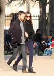 Энн Хэтэуэй, фото 5964. Anne Hathaway strolling in Paris, february 29, foto 5964