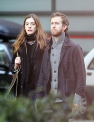 Энн Хэтэуэй, фото 5971. Anne Hathaway strolling in Paris, february 29, foto 5971