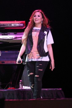 Деми Ловато, фото 3505. Demi Lovato Performing in Plant City FL 3/2/12, foto 3505