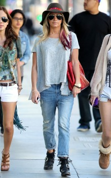 Эшли Тисдэйл, фото 7822. Ashley Tisdale goes out with some friends Santa Monica, march 3, foto 7822