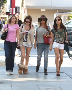Эшли Тисдэйл, фото 7831. Ashley Tisdale goes out with some friends Santa Monica, march 3, foto 7831